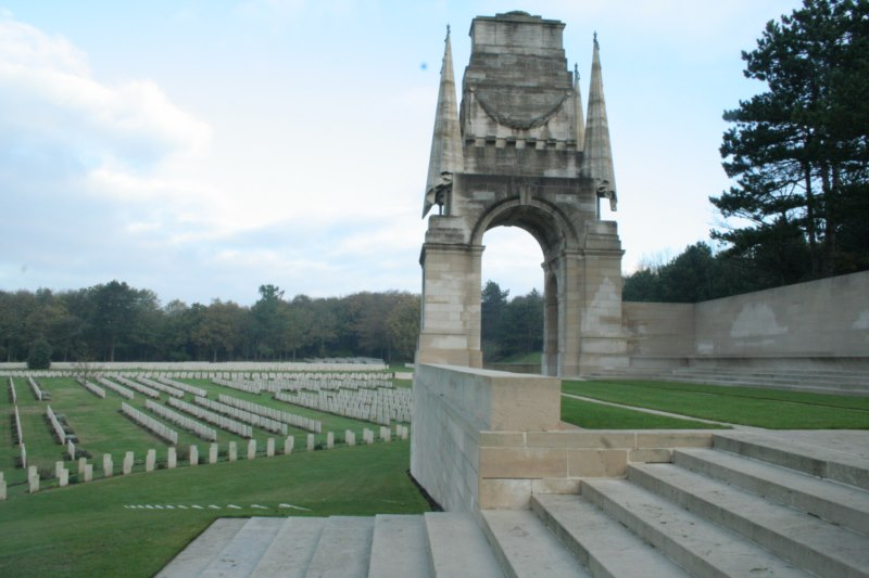 Vue du monument commémoratif du cimetière britannique à Etaples